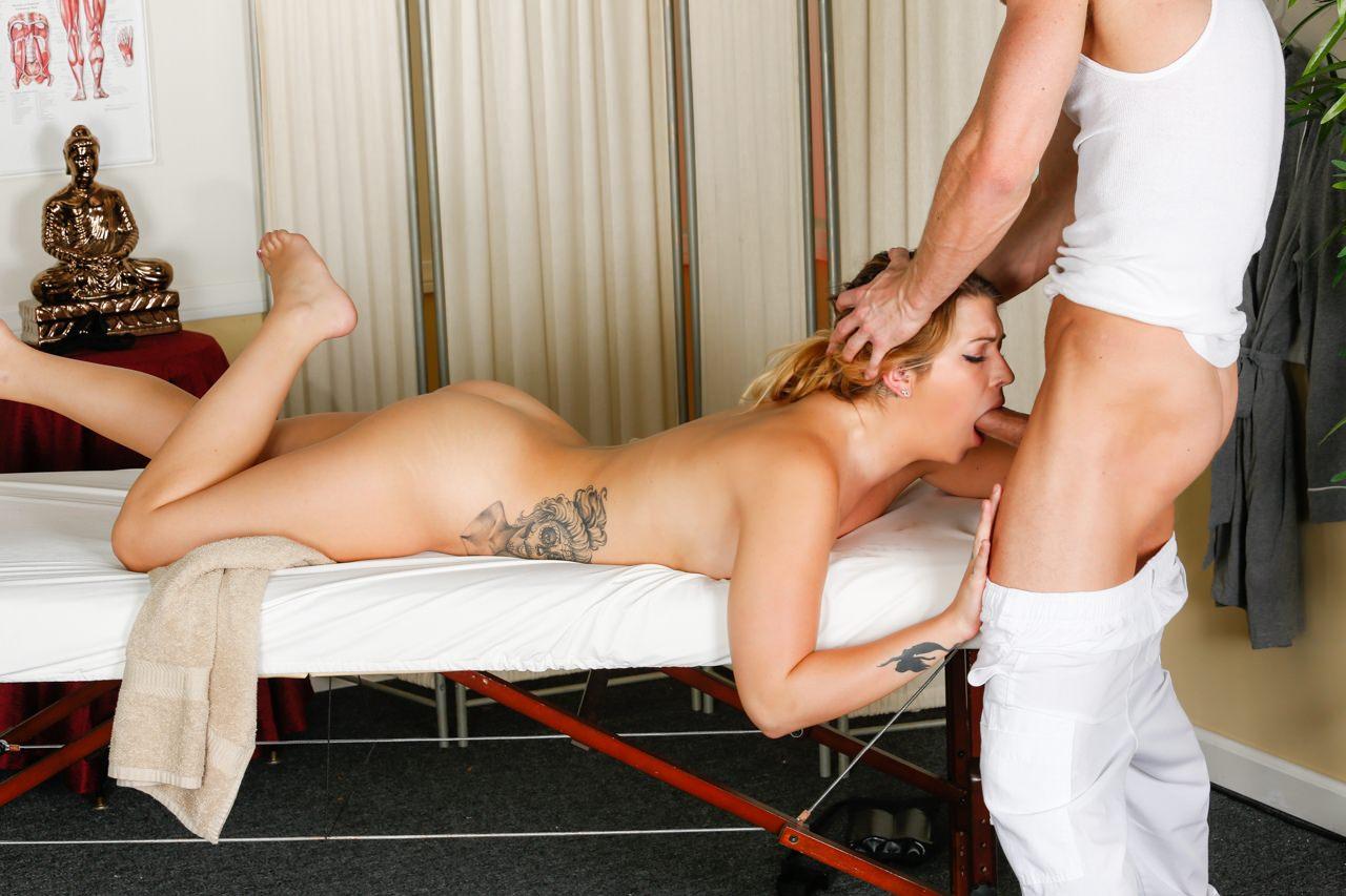 Blonde tricked during massage http